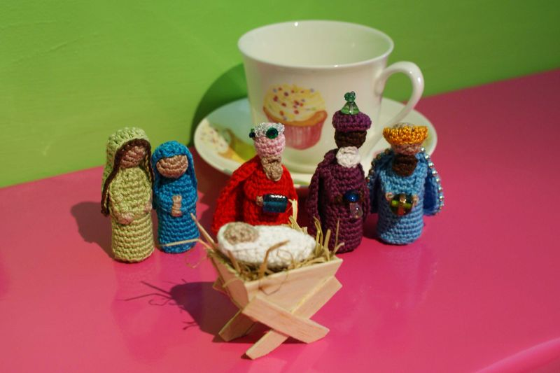 Crochet 3 kings and holy family shows scale web