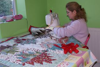 12 sewing red binding on mountains quilt web